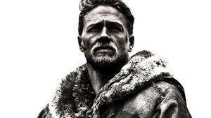 """Charlie Hunnam auf dem ersten Poster zu Guy Ritchies """"King Arthur"""""""