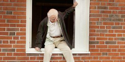 """Exklusive Poster-Premiere zur Bestseller-Verfilmung """"Der Hundertjährige, der aus dem Fenster stieg und verschwand"""""""