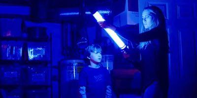 """""""Lights Out"""": Deutscher Trailer zum Horrorfilm mit Maria Bello und Teresa Palmer"""