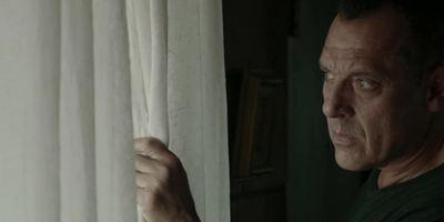 """""""Calico Skies"""": Im ersten Trailer verguckt sich ein Löcher buddelnder Tom Sizemore in seine neue Briefträgerin"""