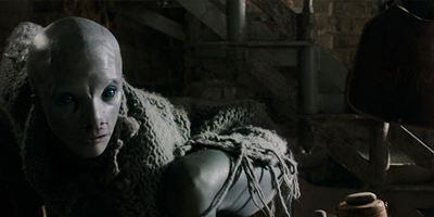 """""""Cold Skin"""": Im Trailer zum Horrorthriller wird ein Leuchtturm von einer Armee gruseliger Geschöpfe attackiert"""