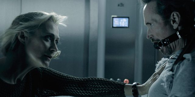 """Gefesselt im Fahrstuhl: Deutscher Trailer zum Thriller """"3 Minutes"""" mit James Parks und Caroline Goodall"""