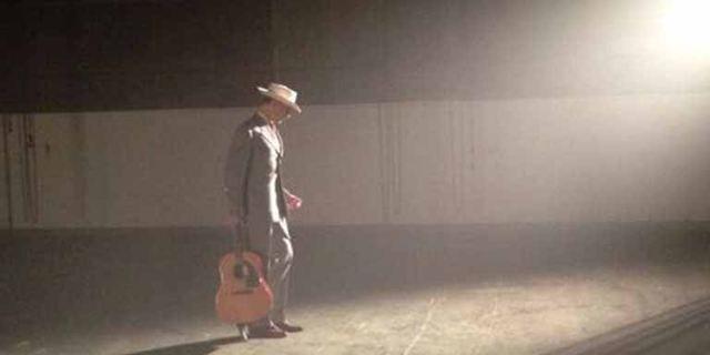 """""""I Saw The Light"""": Neues Foto zeigt Tom Hiddleston als Country-Sänger mit (Duett-)Partnerin Elizabeth Olsen"""