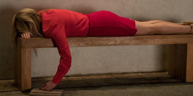 """Im deutschen Trailer zu """"Liebe zu Besuch"""" steigt Reese Witherspoon mit einem jungen Mann ins Bett"""