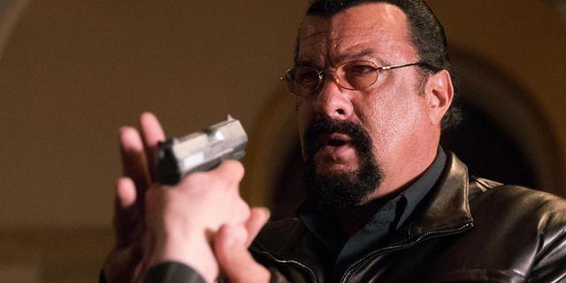 """Steven Seagal unterschreibt den """"Contract To Kill"""": Deutscher Trailer zum Actioner"""