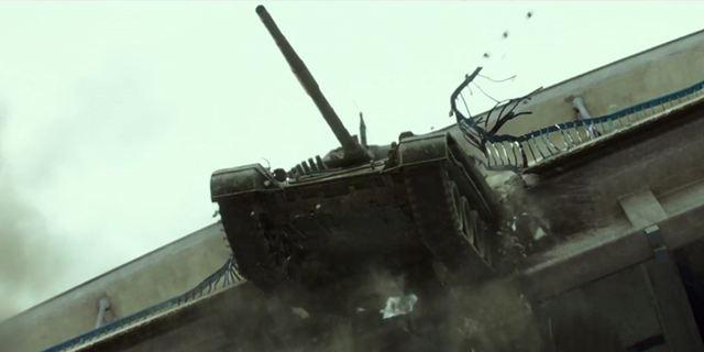 """""""Renegades - Mission Of Honor"""": Im deutschen Trailer zum Kriegs-Actioner nimmt ein Panzer eine nasse Abkürzung"""