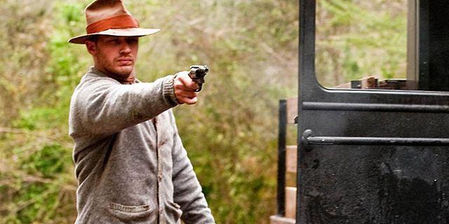 """Nicht wiederzuerkennen: Tom Hardy verwandelt sich auf Bildern vom """"Fonzo""""-Set in den Gangsterboss Al Capone"""