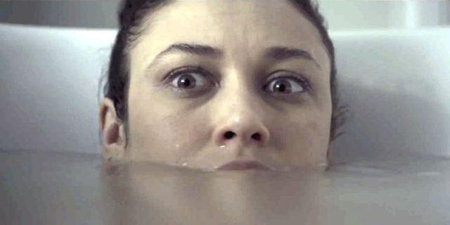 """Im ersten Trailer zu """"Mara"""" lassen die bösen Dämonen Olga Kurylenko nicht mal in der Badewanne in Ruhe"""