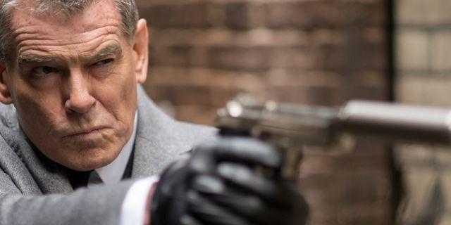 Heute im TV: Pierce Brosnan und Milla Jovovich in einem explosiven Katz-und-Maus-Spiel