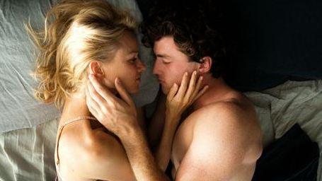 """Heiße Sex-Szenen und Tabubrüche im neuen Trailer zu """"Tage am Strand"""" mit Naomi Watts"""