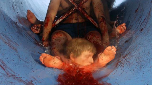 """Eine Wasserrutsche (!) als Mordinstrument: Trailer zum Horror-Blutbad """"Aquaslash"""""""
