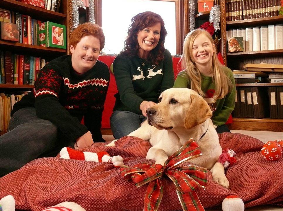 Ein Hund rettet den Weihnachtsurlaub : Bild Charlie Stewart, Elisa Donovan, Sierra McCormick