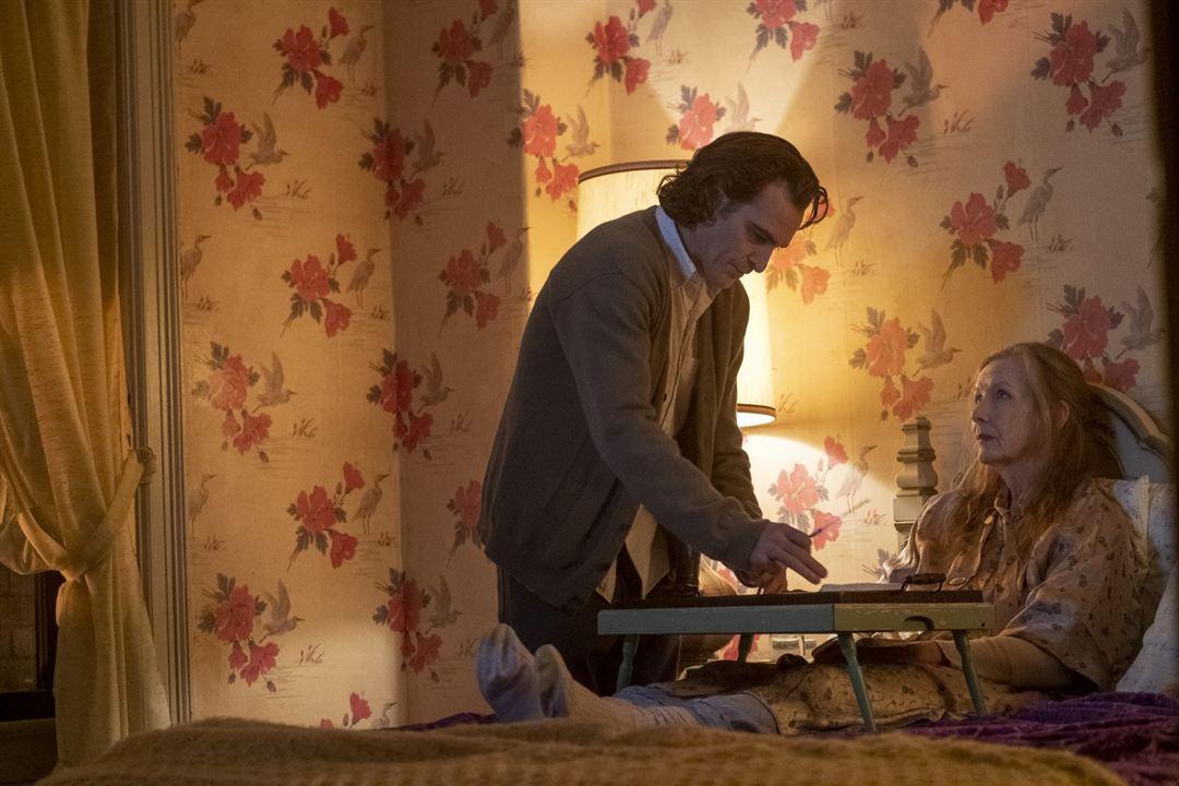 Joker : Bild Frances Conroy, Joaquin Phoenix