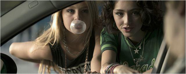 """Zwei Freundinnen suchen die süßesten Typen der Welt und mixen """"Tigermilch"""" im ersten Trailer zur Romanverfilmung"""