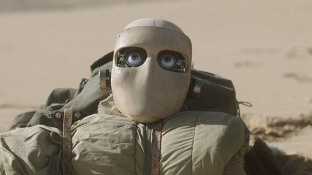 """Ein Roboterkopf in der Wüste: Trailer zum Sci-Fi-Indie """"Everything Beautiful Is Far Away"""""""