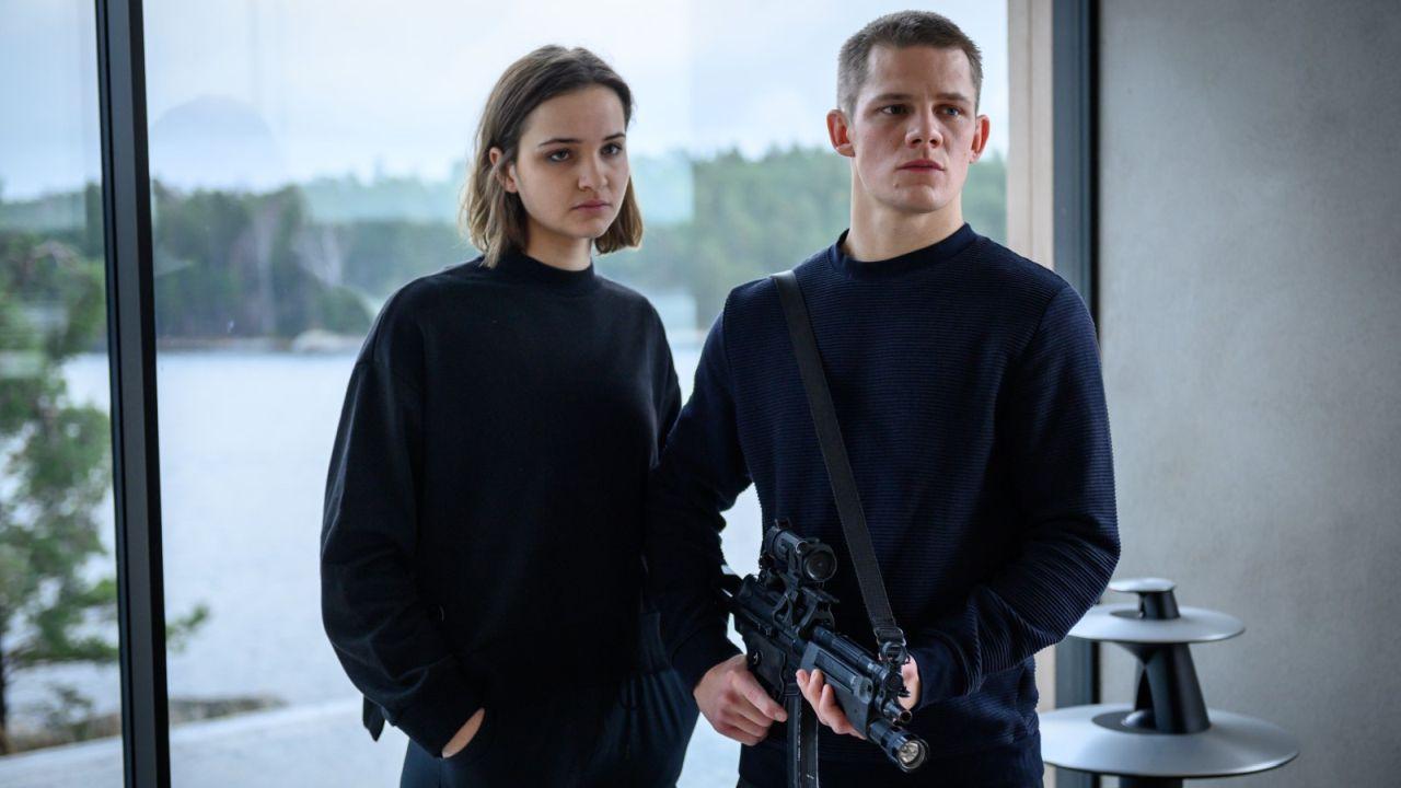 """Im Trailer zum dystopischen Sci-Fi-Thriller """"Das Haus"""" greifen """"Dark""""- und """"Fack ju Göthe""""-Stars zur Waffe"""