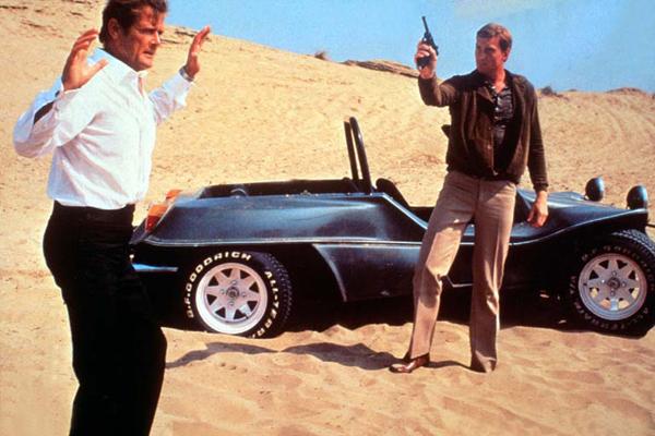 James Bond 007 - In tödlicher Mission : Bild Charles Dance, Roger Moore
