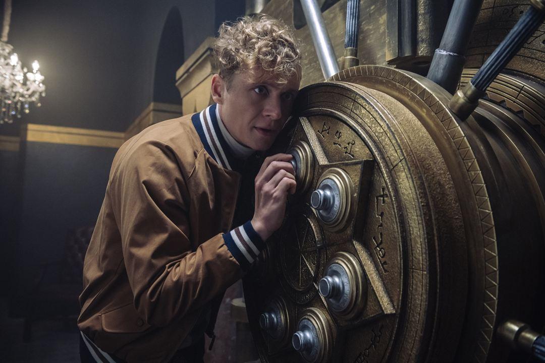 Dieter (Matthias Schweighöfer) knackt einen Safe.